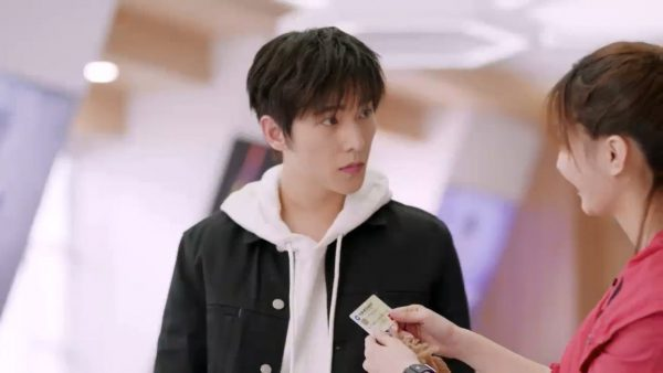 The Kings Avatar 18 Episode Review 01 - Chen Guo feels guilty about shouting at Ye Xiu and asks him to go and buy something nice.